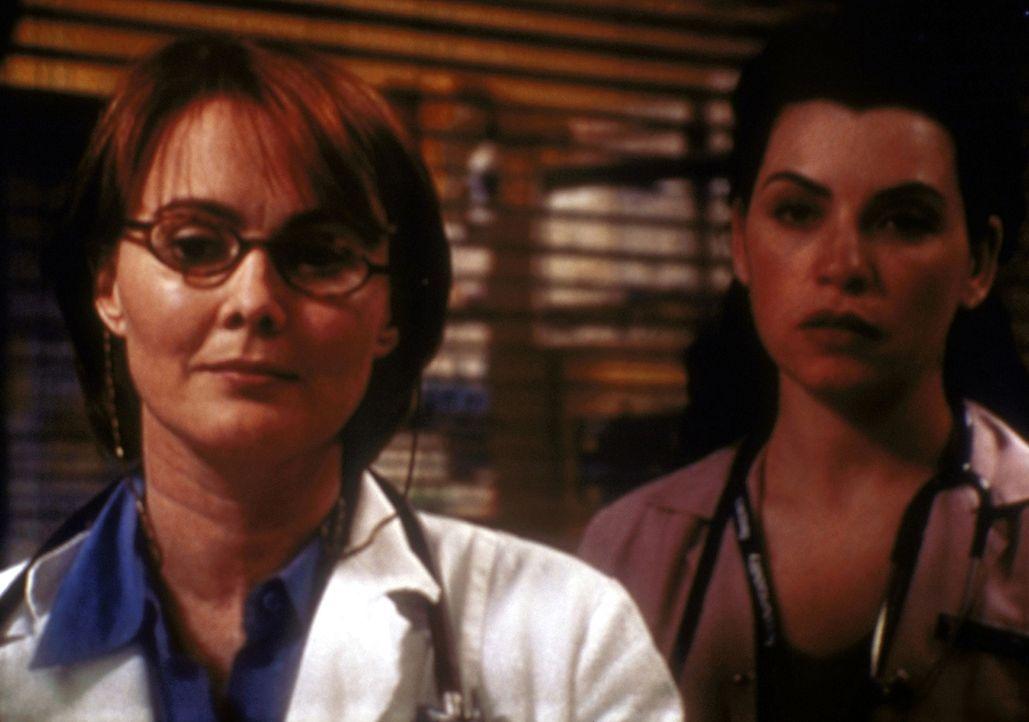 Weaver (Laura Innes, l.) ist empört, dass sich Hathaway (Julianna Margulies, r.) über ihre Anweisungen hinwegsetzt. - Bildquelle: TM+  2000 WARNER BROS.