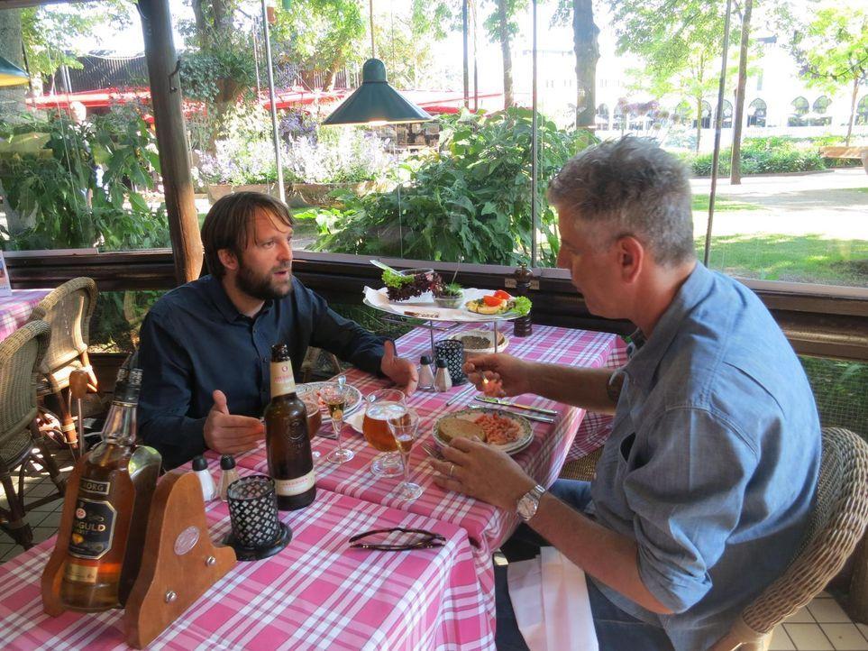 Anthony Bourdain (r.) reist nach Kopenhagen und trifft sich dort mit Koch Rene Redzepi (l.). Dieser betreibt das NOMA - offiziell das beste Restaura... - Bildquelle: 2013 Cable News Network, Inc. A TimeWarner Company. All rights reserved.