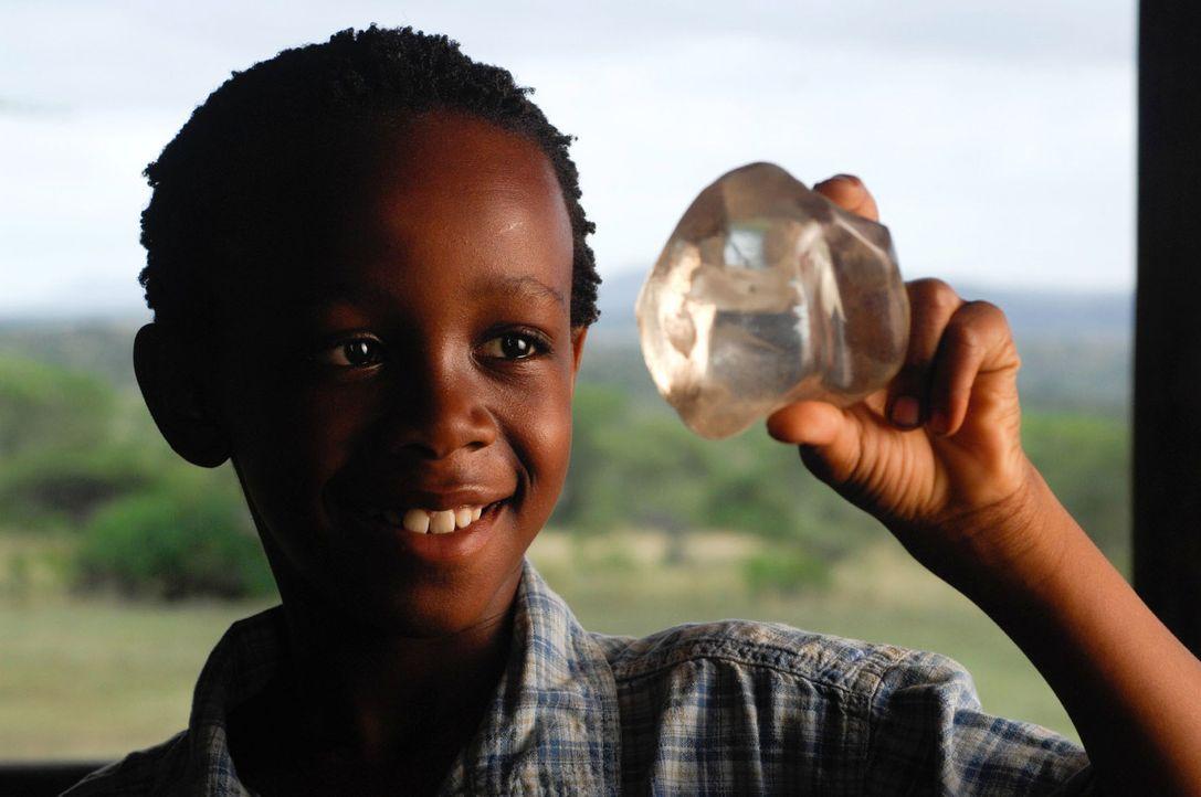 """Der kleine Davu (Hlayani Mabaso) kennt die Legende des """"Nebel von Namangas"""": Das ist ein besonderer Stein, der nach einer Legende die Stämme Namang... - Bildquelle: David Gur SAT.1"""