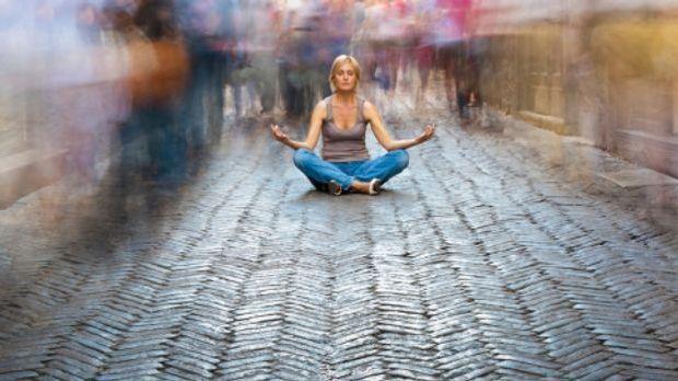 Meditierende Frau im Chaos