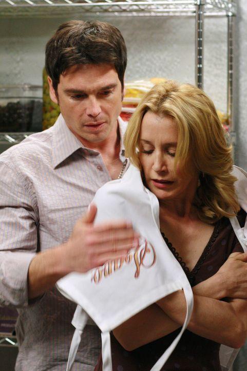 Müssen eine Nacht im Kühlraum der Pizzeria verbringen: Lynette (Felicity Huffman, r.) und Rick (Jason Gedrick, l.) ... - Bildquelle: 2005 Touchstone Television  All Rights Reserved