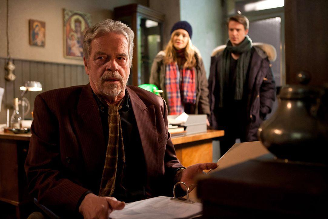 David (Max von Pufendorf, r.) und Nina (Stefanie Stappenbeck, M.) können nicht glauben, dass Karens Vater (Jürgen Heinrich, l.) das Schicksal sein... - Bildquelle: Conny Klein SAT.1