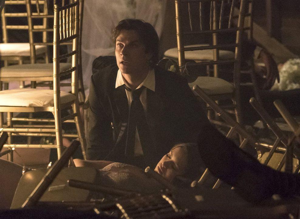 All die Pläne, die Damon (Ian Somerhalder, oben) für sich und Elena (Nina Dobrev, unten) hatte, haben urplötzlich keine Bedeutung mehr ... - Bildquelle: Warner Bros. Entertainment, Inc