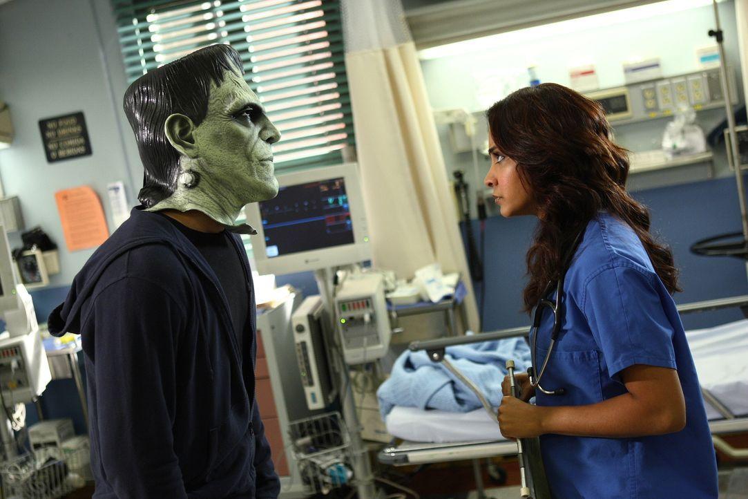 Halloween: Noch ahnt Neela (Parminder Nagra, r.) nicht, dass sich hinter der Maske Ray (Shane West, l.) verbirgt ... - Bildquelle: Warner Bros. Television