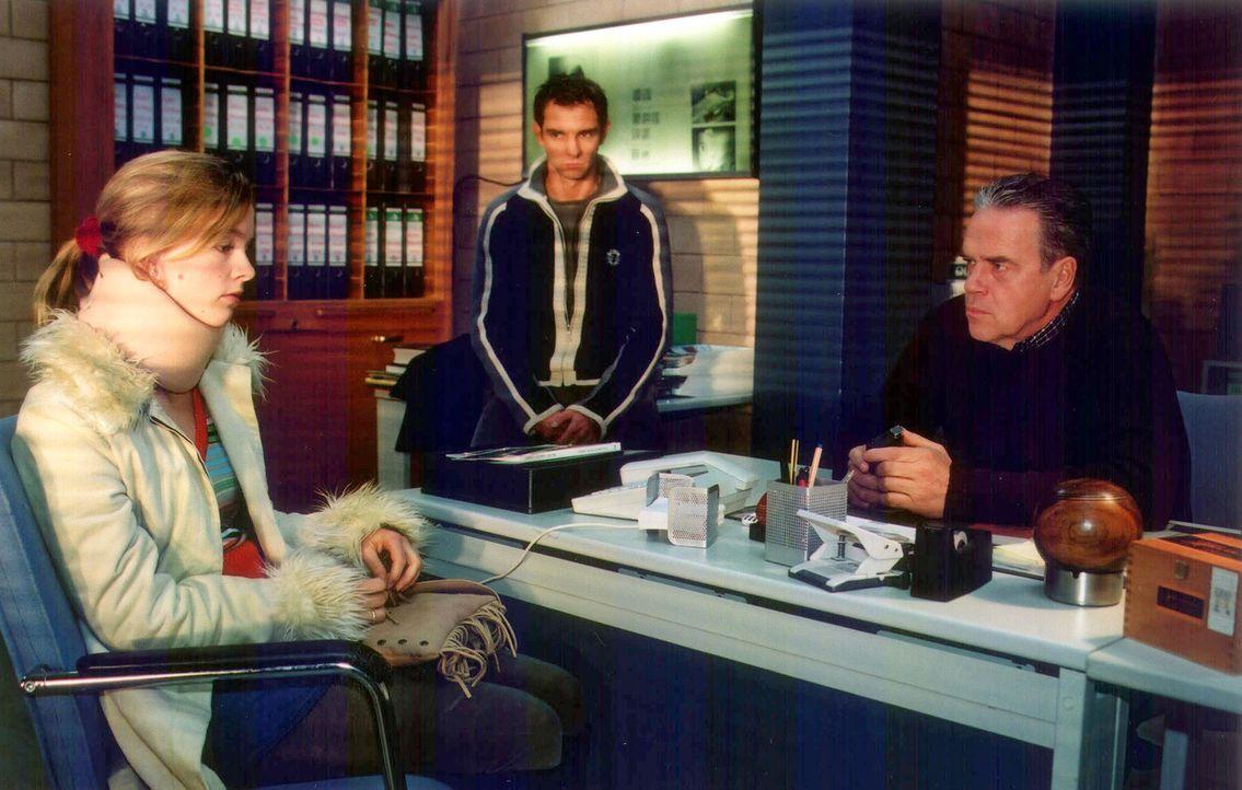 Kommissar Wolff (Jürgen Heinrich, r.) und Tom (Steven Merting, M.) befragen Jenny Grossmann (Johanna Klante, l.) zu dem Unfall , bei dem ihre Tante... - Bildquelle: Claudius Pflug Sat.1