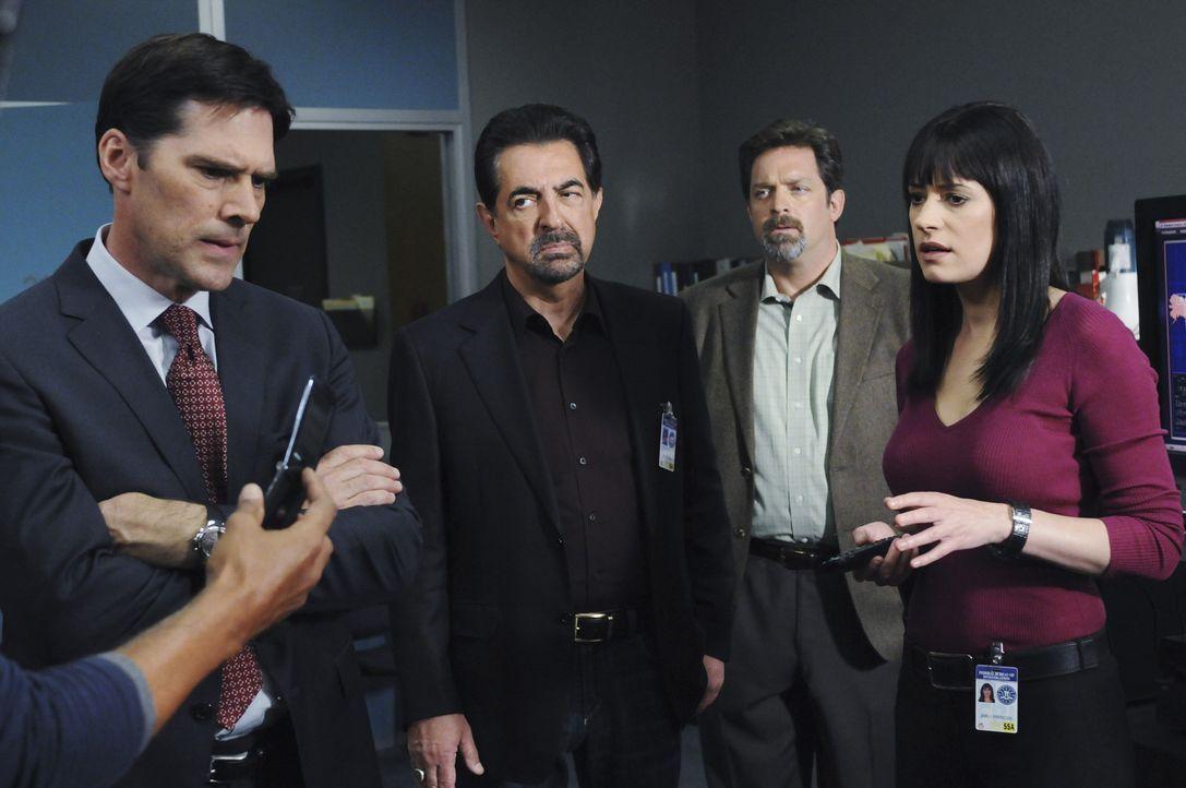 Detective John Fordham (Jonathan Goldstein, 2.v.r.), Gibbs (Thomas Gibson, l.), Rossi (Joe Mantegna, 2.v.l.) und Prentiss (Paget Brewster, r.) verfo... - Bildquelle: Touchstone Television