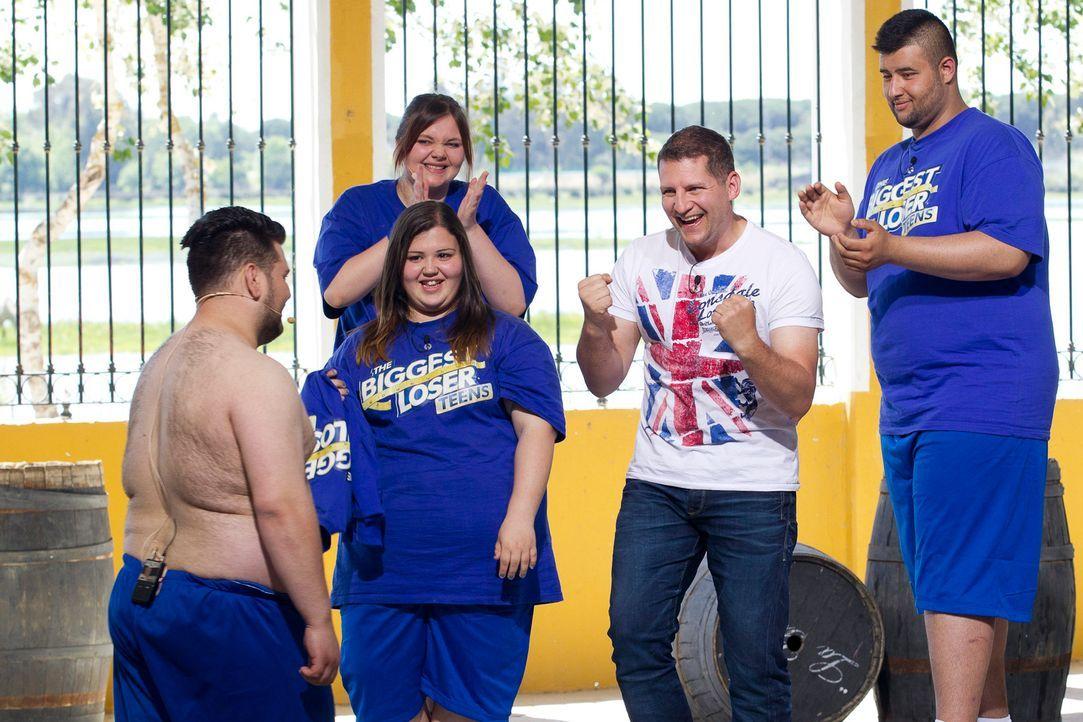 Ramin Abtin (2.v.r.) feiert mit seinem Team Lukas (l.) Erfolg auf der Waage ... - Bildquelle: Enrique Cano SAT.1