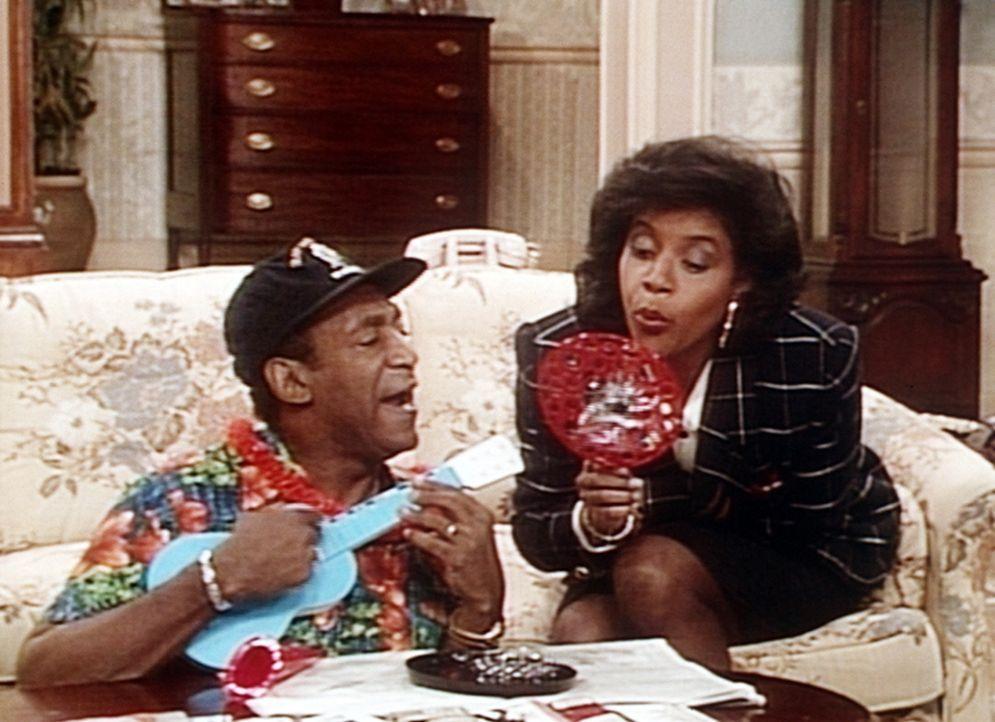 Cliff (Bill Cosby, l.) kann Clair (Phylicia Rashad, r.) mit seiner Urlaubsstimmung anstecken. - Bildquelle: Viacom