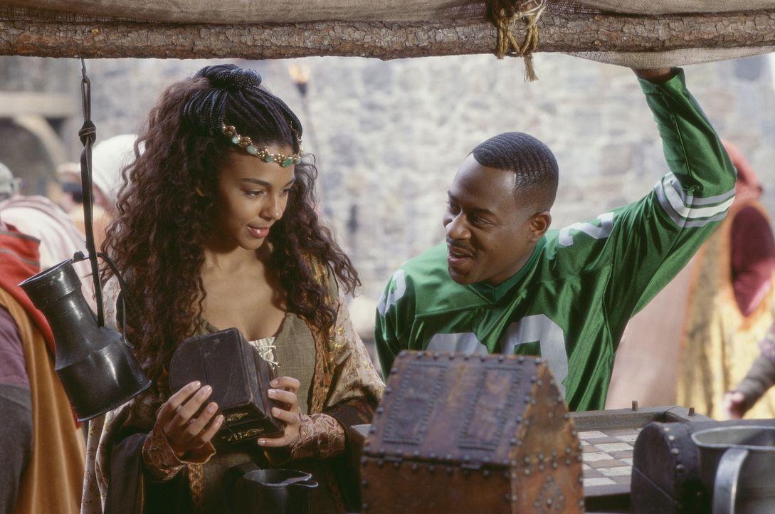 Als Victoria (Marsha Thomason, l.) einen Aufstand gegen den Tyrannen Leo anzettelt, wird auch Mittelalter-Neuling Jamal (Martin Lawrence. r.) in die... - Bildquelle: 20th Century Fox