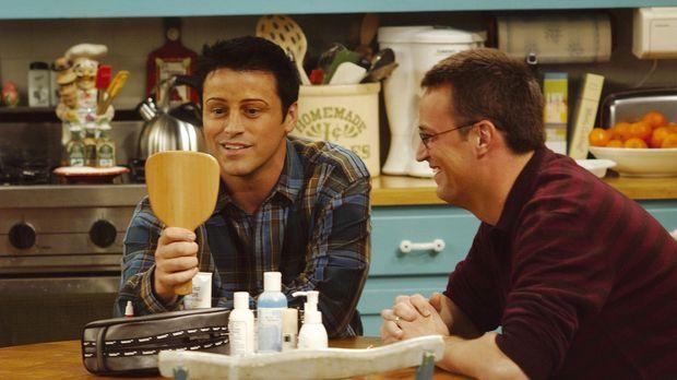 Joey (Matt LeBlanc, l.) bestaunt Chandlers (Matthew Perry , r.) Werk ... © TM...