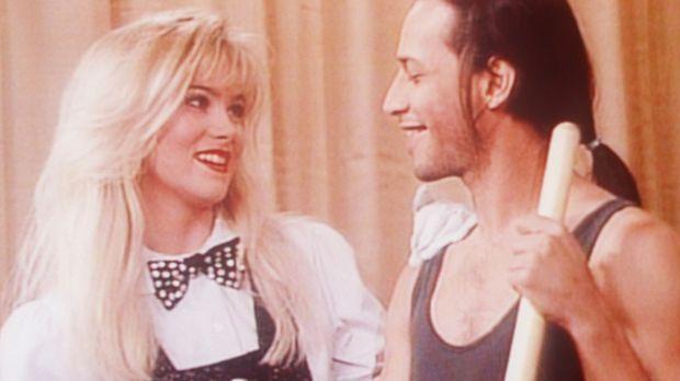 Kelly (Christina Applegate, l.) hat ein Auge auf den attraktiven Hausmeister...