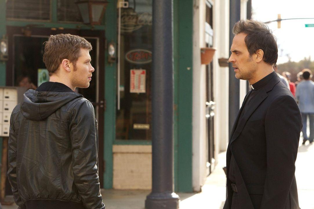 Nur gemeinsam können Klaus (Joseph Morgan, l.) und Pater Kieran (Todd Stashwick, r.) die gewaltigen Mächte aufhalten ... - Bildquelle: Warner Bros. Television