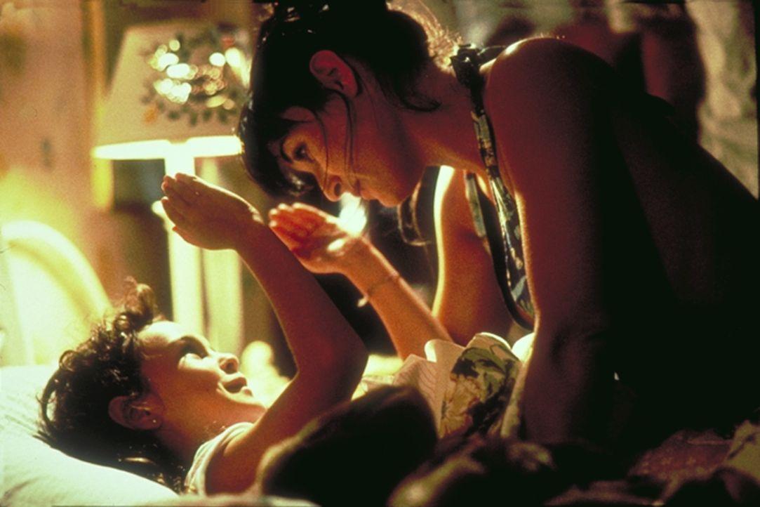 Um den Prozess um das Sorgerecht ihrer Tochter Angela (Rumer Willis, unten) finanzieren zu können, arbeitet Erin Grant (Demi Moore, oben) nachts in...