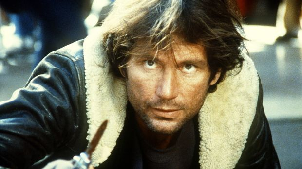 Der brutale und skrupellose Messerstecher Stokes (Lewis Van Bergen) kann von...