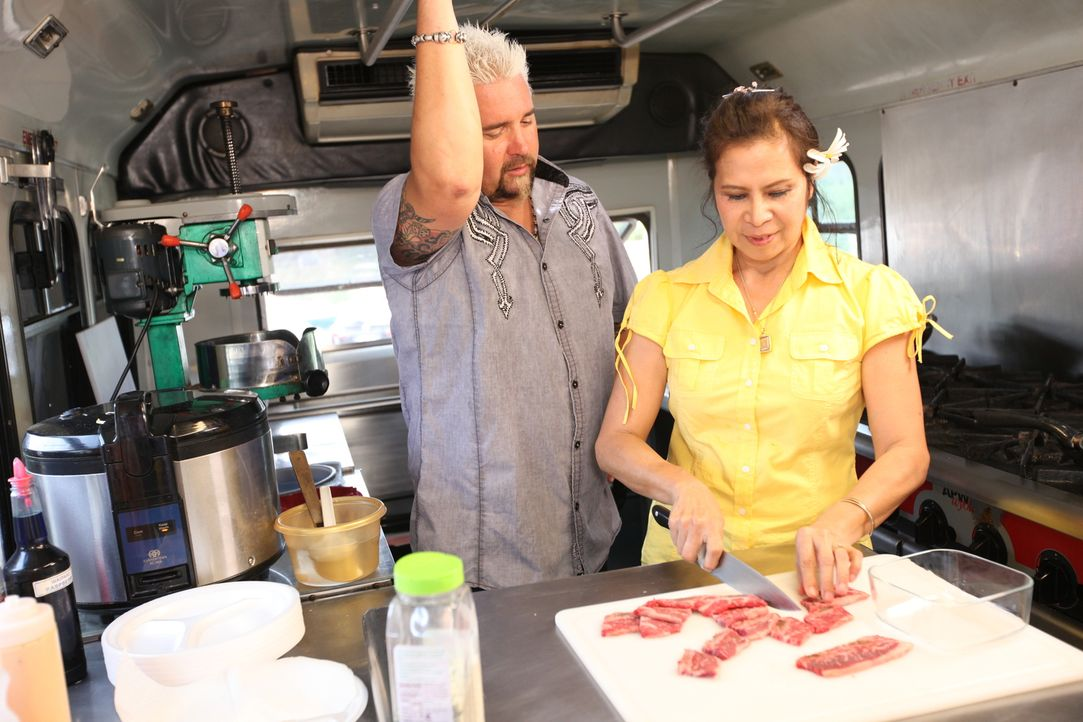 "Mit ihrem Foodtruck trifft Kate Stacy (r.) genau den den Nerv der Zeit. Auch Guy Fieri (l.) ist vom ""Big Wave Shrimp Truck Haleiwa"" begeistert ... - Bildquelle: 2012, Television Food Network, G.P. All Rights Reserved."