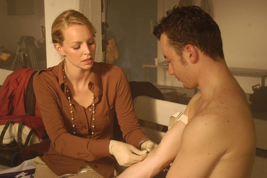 Unermüdlich bemüht sich Edda (Simone Hanselmann), an eine ordentliche Portion Sperma zu gelangen ... - Bildquelle: Hans Seidenabel ProSieben