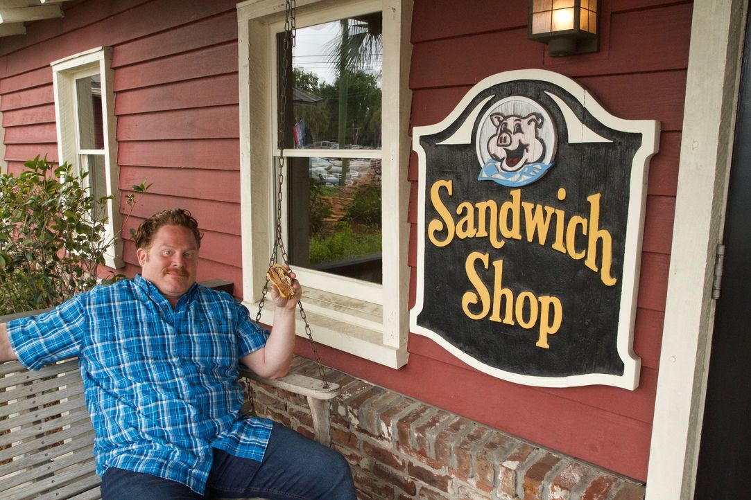 "Casey Webb besucht auf seiner kulinarischen Reise durch die Vereinigten Staaten ""Bessinger's BBQ Sandwich Shop"" in Charleston ... - Bildquelle: 2017,The Travel Channel, L.L.C. All Rights Reserved."