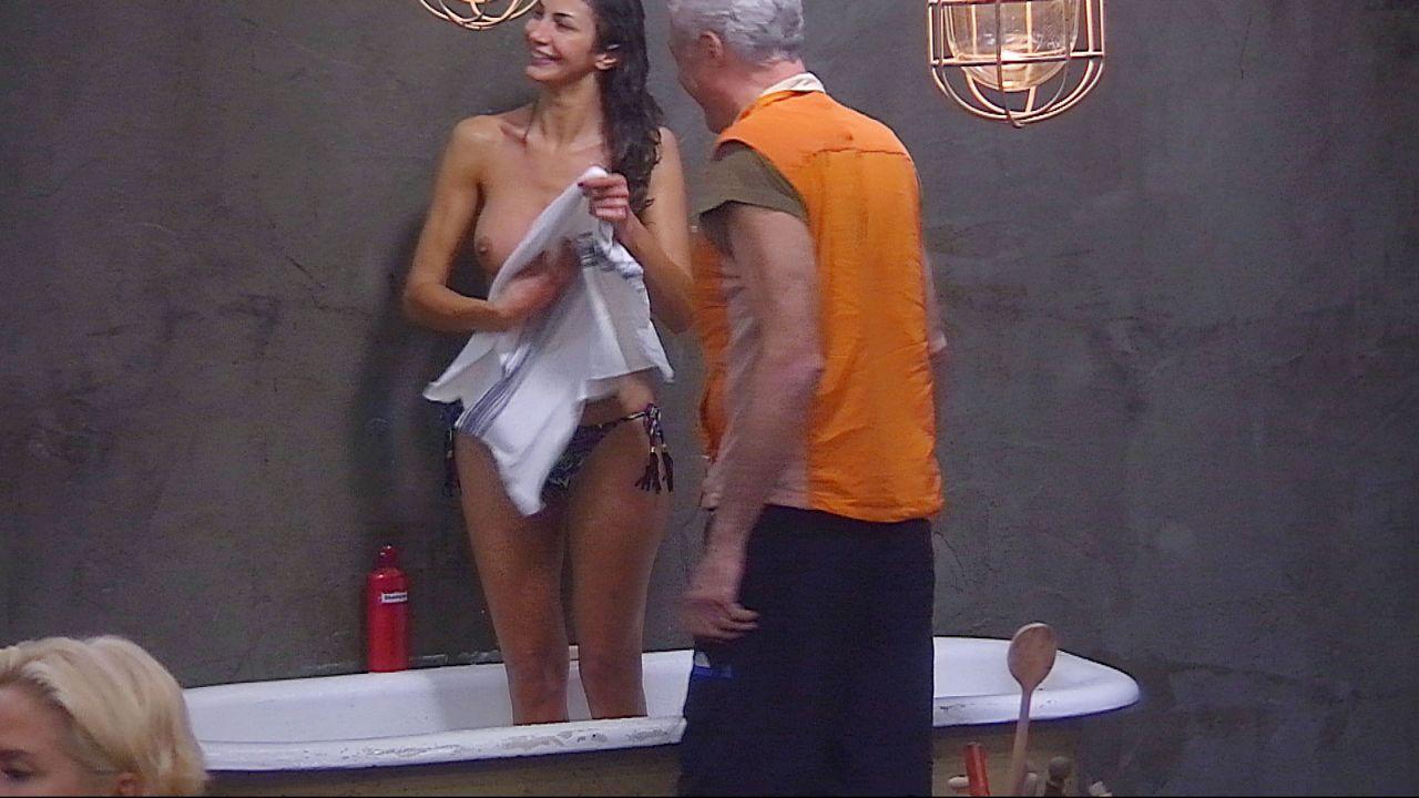 Schill_Janina duscht Handtuch