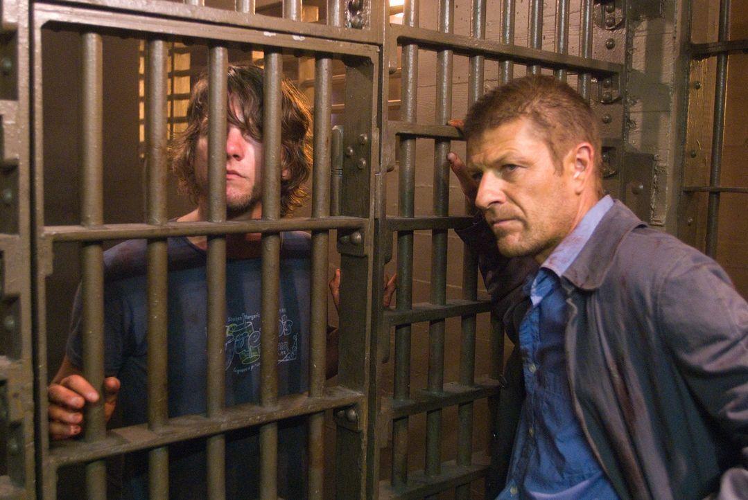 Als die Polizei Jim (Zachary Knighton, l.) und Grace ins Gefängnis steckt, hoffen die beiden, so dem Killer entkommen zu können. Ein fataler Fehler,...