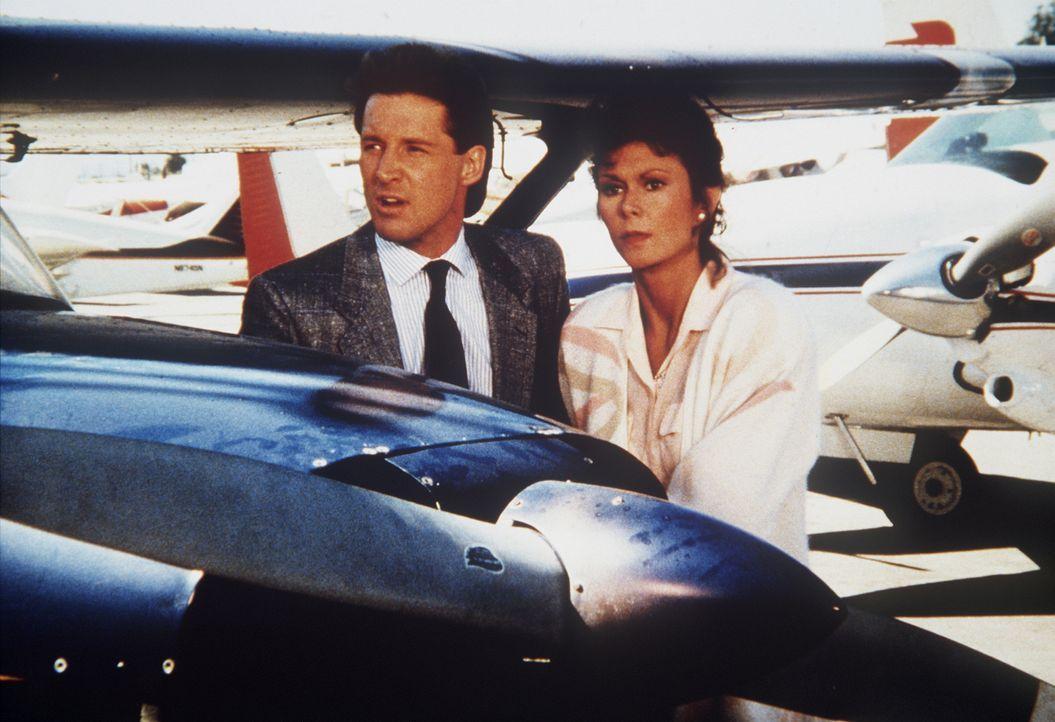Amanda (Kate Jackson, r.) und Lee (Bruce Boxleitner, l.) sind auf der Spur eines zwielichtigen Medienmoguls ... - Bildquelle: CBS Television