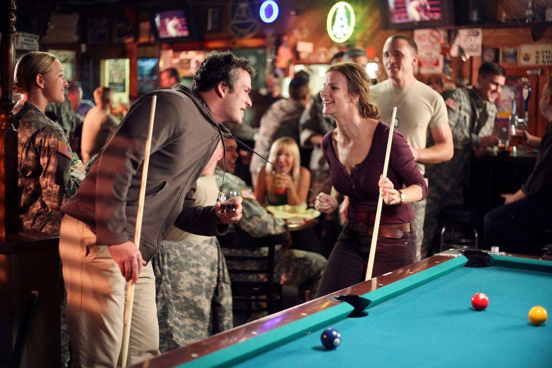 Unterwegs machen Sarah (Rachel Griffiths, vorne r.), Tommy (Balthazar Getty, vorne l.) und Kevin an einer Bar Halt, nachdem sie keine Übernachtungs... - Bildquelle: Disney - ABC International Television