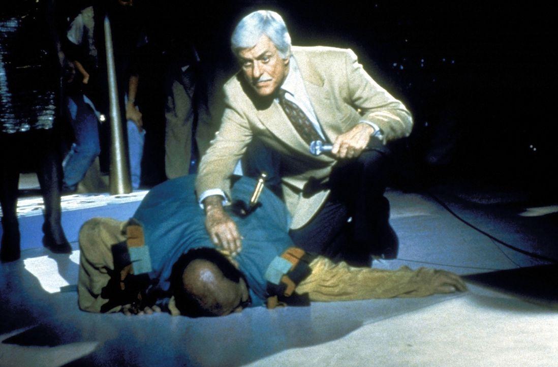 Buddy Blake (Tom DeLuise, l.) stürzt mit einem Messer im Rücken zu Boden. Dr. Sloan (Dick Van Dyke, r.) eilt ihm sofort zu Hilfe. - Bildquelle: Viacom