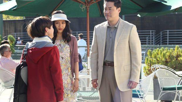 Louis (Randall Park, r.) und Jessica (Constance Wu, M.) sind begeistert, dass...