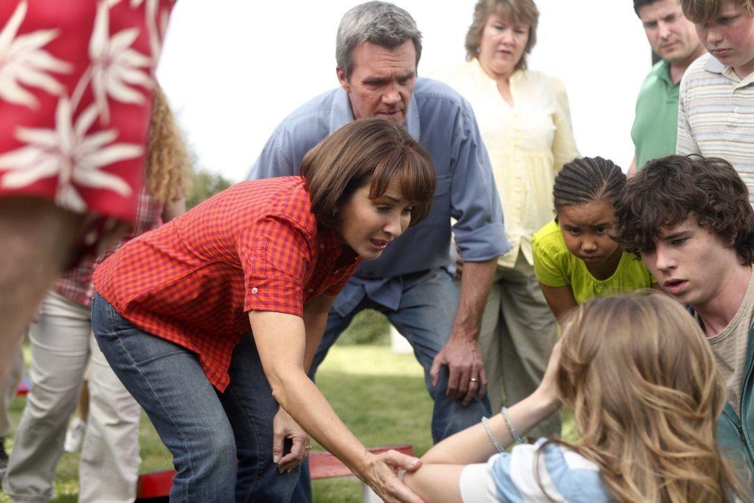 Auch wenn Mike (Neil Flynn, M.) und Frankie (Patricia Heaton, l.) Morgan (Alexa Vega, vorne) nicht besonders mögen, als diese zu Boden geht, sind si... - Bildquelle: Warner Brothers