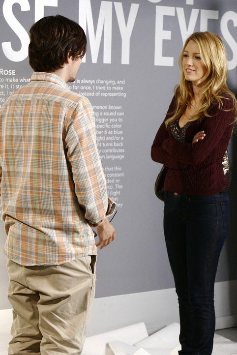 Serena (Blake Lively, r.) lernt den Künstler Aaron (John Patrick Amedori, l.) kennen und hat einen Flirt mit ihm, doch dann endet die Begegnung ande... - Bildquelle: Warner Brothers