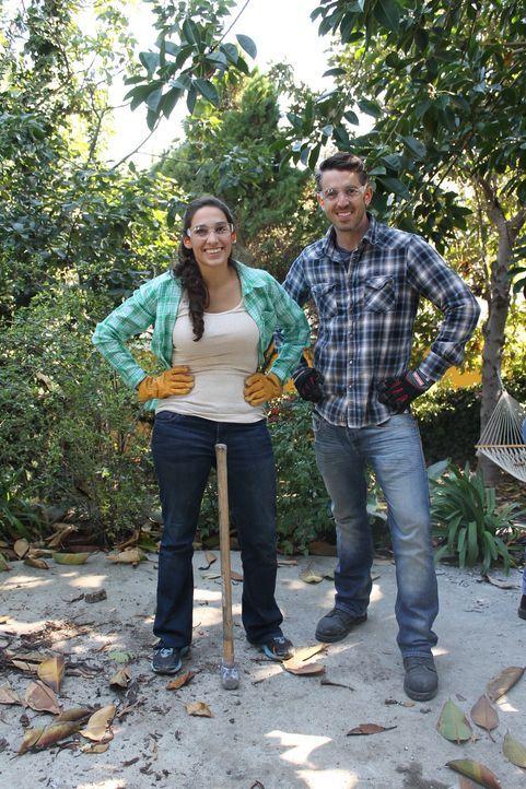 Damit der Garten kindersicher ist, wenn der Nachwuchs von Brian (r.) und Kimmie zur Welt kommt, packt Sara (l.) fleißig beim Umbauen des Gartens mit... - Bildquelle: 2013, DIY Network/Scripps Networks, L.L.C. All rights Reserved