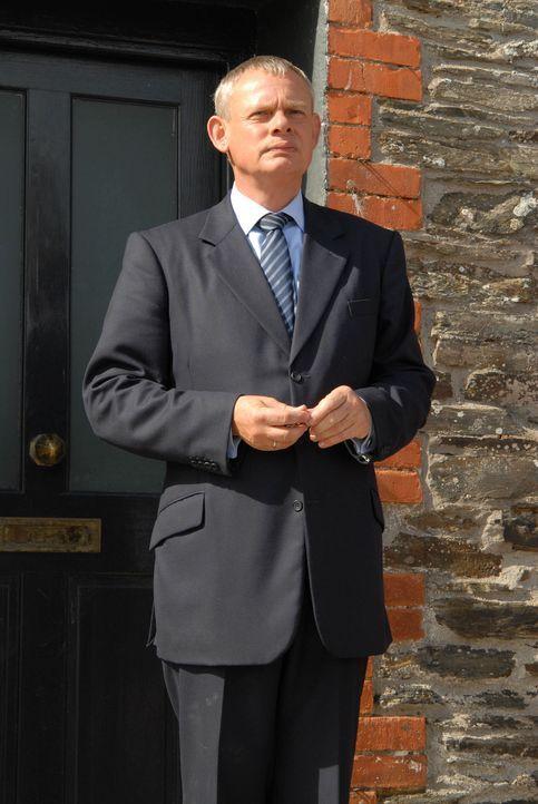 Noch ahnt Doc Martin (Martin Clunes) nicht, dass sein vermeintlich letzter Tag in Portwenn sein gesamtes Leben verändern wird ... - Bildquelle: BUFFALO PICTURES/ITV