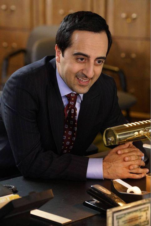 Der Bankangestellte Frank (Amir Talai) stellt Evan vor die schwierige Wahl, sich für einen Namen zu entscheiden, auf den sein erstes Bankkonto laufe... - Bildquelle: 2015-2016 American Broadcasting Companies. All rights reserved.
