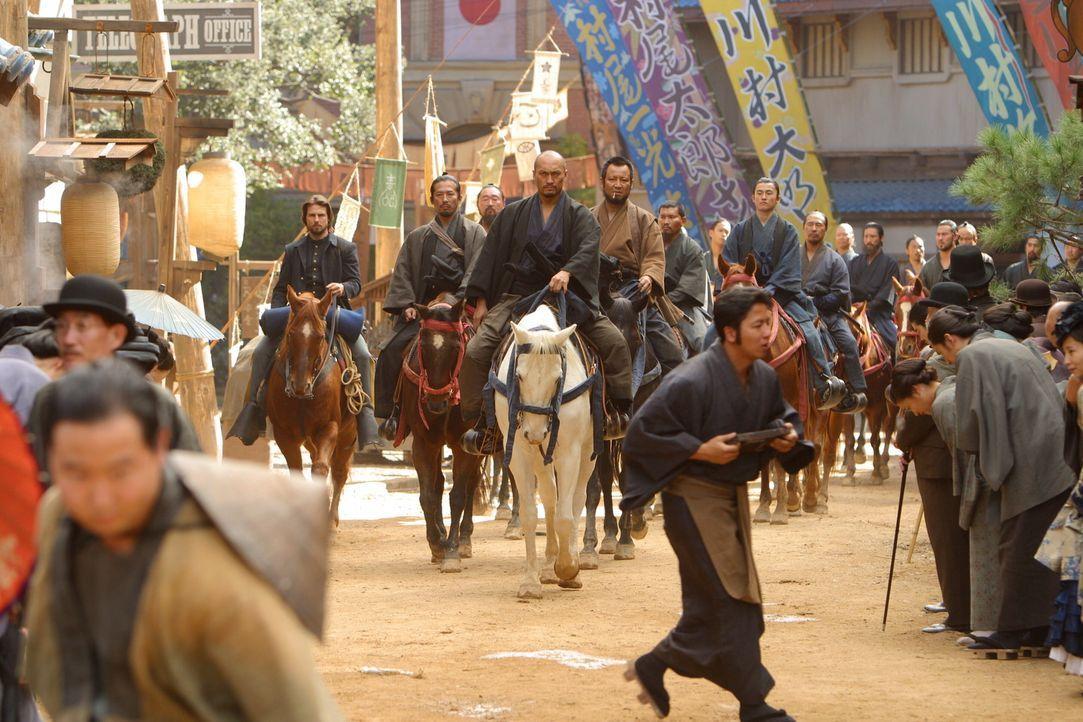 Der letzte Samurai Katsumoto (Ken Watanabe, M.) und seine Krieger nehmen Nathan (Tom Cruise, r.) als Gefangener mit in die Berge. Hier wird er nicht... - Bildquelle: Warner Bros.