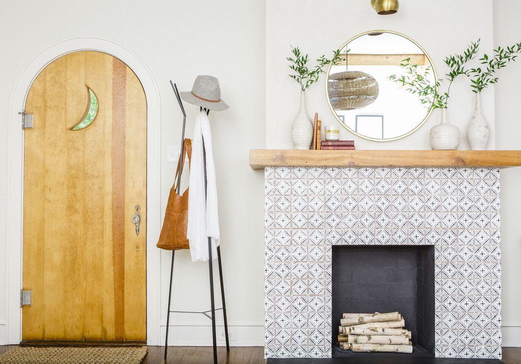 Mit der neuen Verkleidung des Kamins werten Joanna und Chip das Wohnzimmer auf und auch die restaurierte Eingangstür erstrahlt in neuem Glanz. - Bildquelle: Jennifer Boomer 2017, Scripps Networks, LLC. All Rights Reserved.