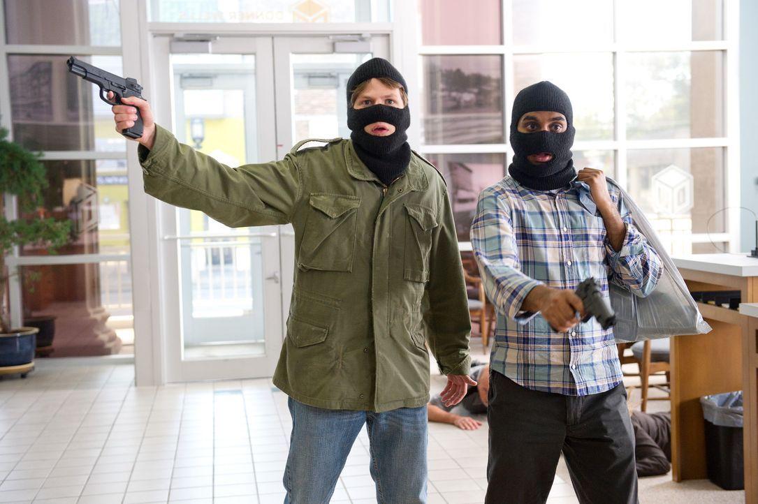 Nick (Jesse Eisenberg, l.) und Chet (Aziz Ansari, r.) bleiben nur acht Stunden, um den Bankraub zu begehen und den beiden Kriminellen das Geld zu li... - Bildquelle: Wilson Webb 2011 MRC II Distribution Company L.P. All Rights Reserved.
