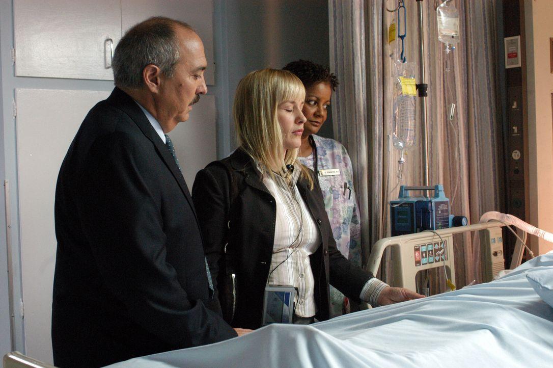 Devalos (Miguel Sandoval, l.) begleitet Allison (Patricia Arquette, M.) ins Krankenhaus, wo sie versuchen will, mit einer Komapatientin in Kontakt z... - Bildquelle: Paramount Network Television