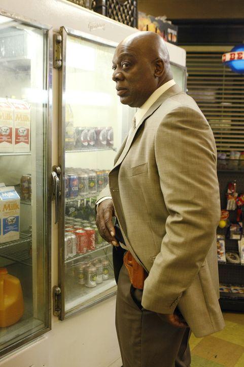 Det. Will Jeffries (Thom Barry) geht nachts in den Lebensmittelladen, um Milch zu holen und plötzlich wird er von einem Unbekannten mit der Waffe be... - Bildquelle: Warner Bros. Television