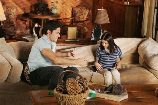 Ghost Whisperer - Jim (David Conrad, l.) hilft Natalie (Ariel Winter, r.) bei...