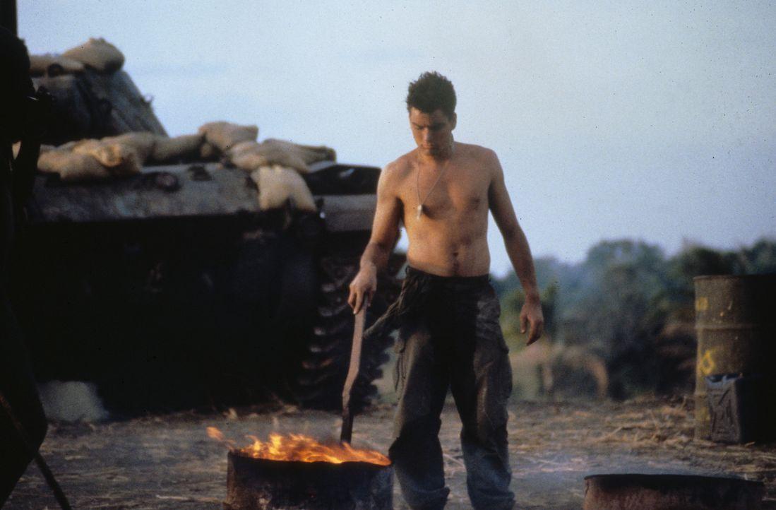 Neuankömmlinge haben es im 'Platoon' nicht leicht: Chris Taylor (Charlie Sheen). - Bildquelle: Orion Pictures Corporation