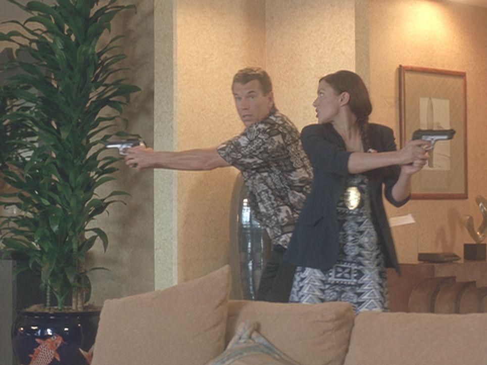 Der neue Detective Shane Newman (Brent Huff, l.) stolpert geradewegs in eine Mordserie an einer Gruppe ehemaliger Studentinnen, die auf Hawaii ihr f... - Bildquelle: 2004 by Epsilon Motion Pictures