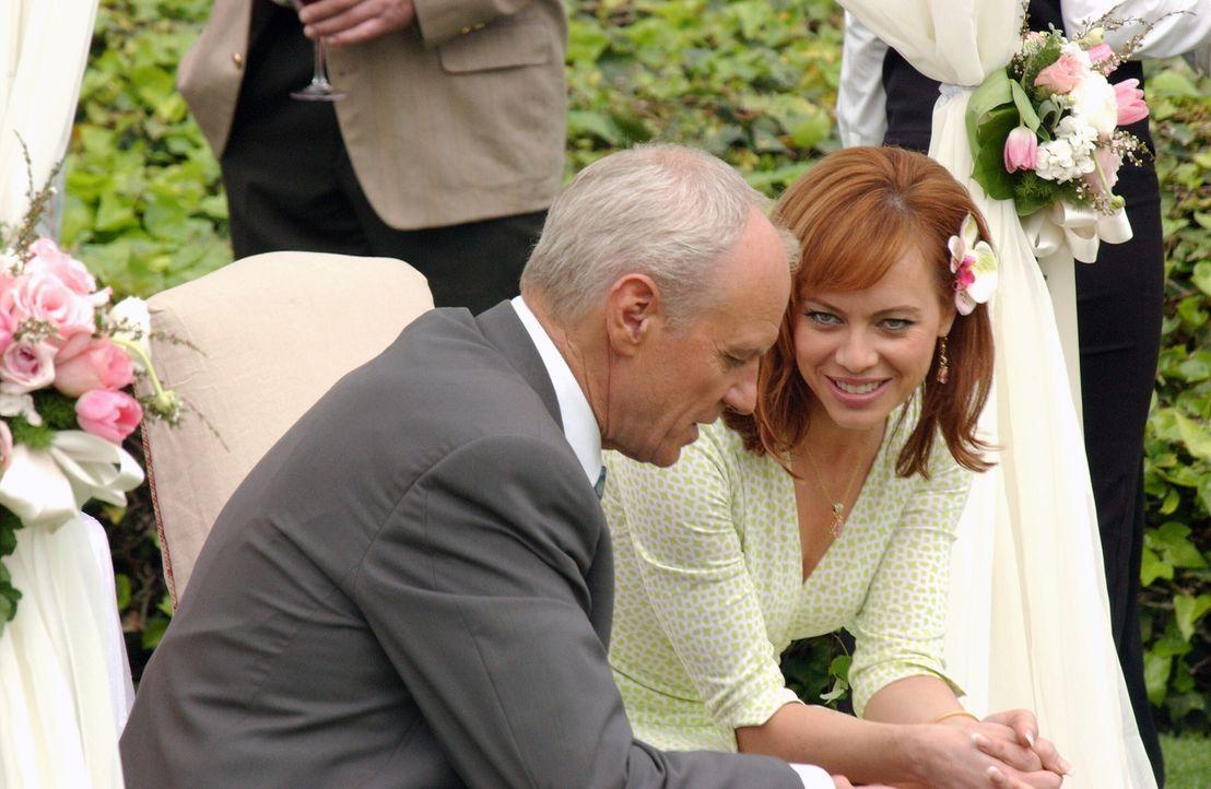 Die Verlobungsfeier von Caleb (Alan Dale, l.) und Julie (Melinda Clarke, r.) ist in vollem Gange. Doch Marissa hat noch einen Trumpf im Ärmel, der... - Bildquelle: Warner Bros. Television