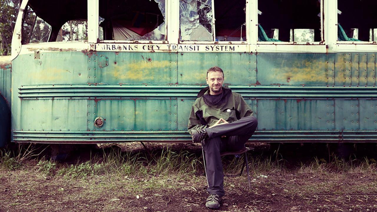 Mit dem Bus nach nirgendwo: Reporter Tom Waes reist auf den Spuren des Aussteigers Chris McCandless nach Alaska und macht sich auf die Suche nach se... - Bildquelle: 2015 deMENSEN