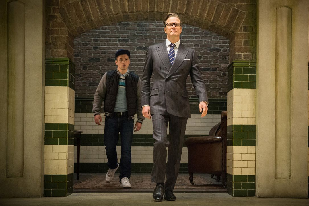 Noch ahnt der Schützling (Taron Egerton, l.) von Kingsmen Harry Hart (Colin Firth, r.) nicht, dass seine Konkurrenten alle aus der Upper Class stamm... - Bildquelle: 2015 Twentieth Century Fox Film Corporation. All rights reserved.