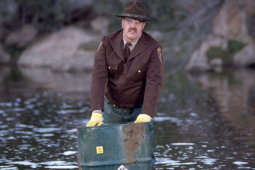 In einem kleinen See entdeckt Deputy Pete (Rick Overton) giftige Chemikalien, die der Auslöser für das extreme Wachstum der Spinnen sein könnten ...... - Bildquelle: Warner Bros. Pictures