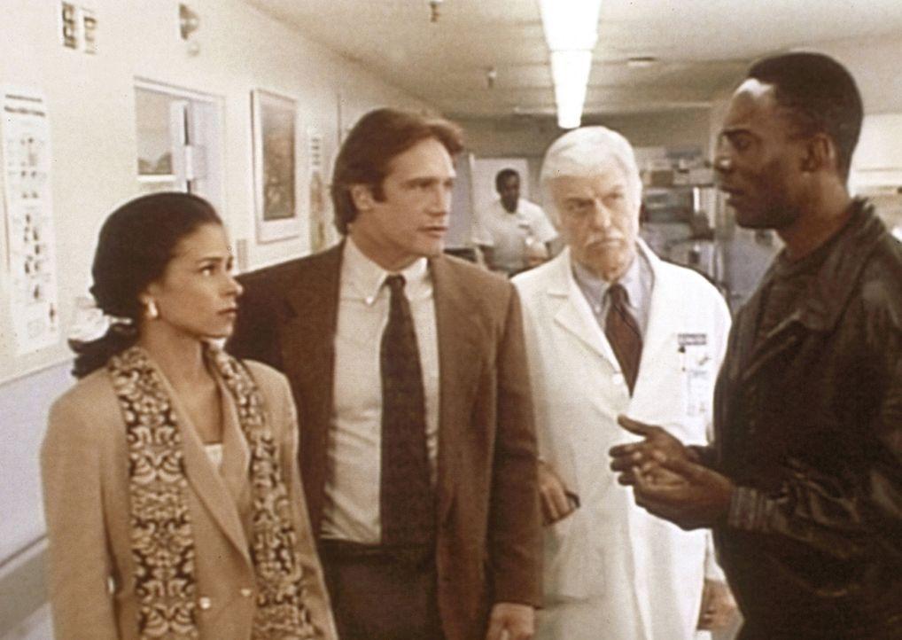 Dr. Sloan (Dick Van Dyke, 2.v.r.) und sein Sohn Steve (Barry Van Dyke, 2.v.l.) verhören Mercury (Richard Brooks, r.) und seine Frau Briana, die unte... - Bildquelle: Viacom