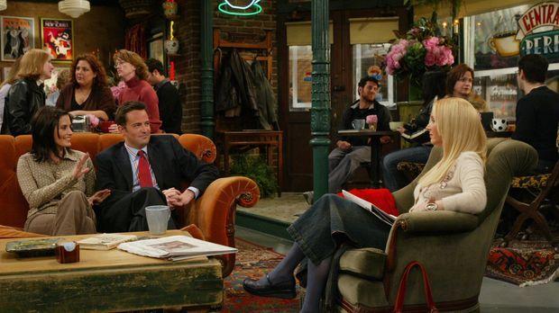 Während Phoebe (Lisa Kudrow, r.) Joey von Estelles Tod verschonen möchte, fre...
