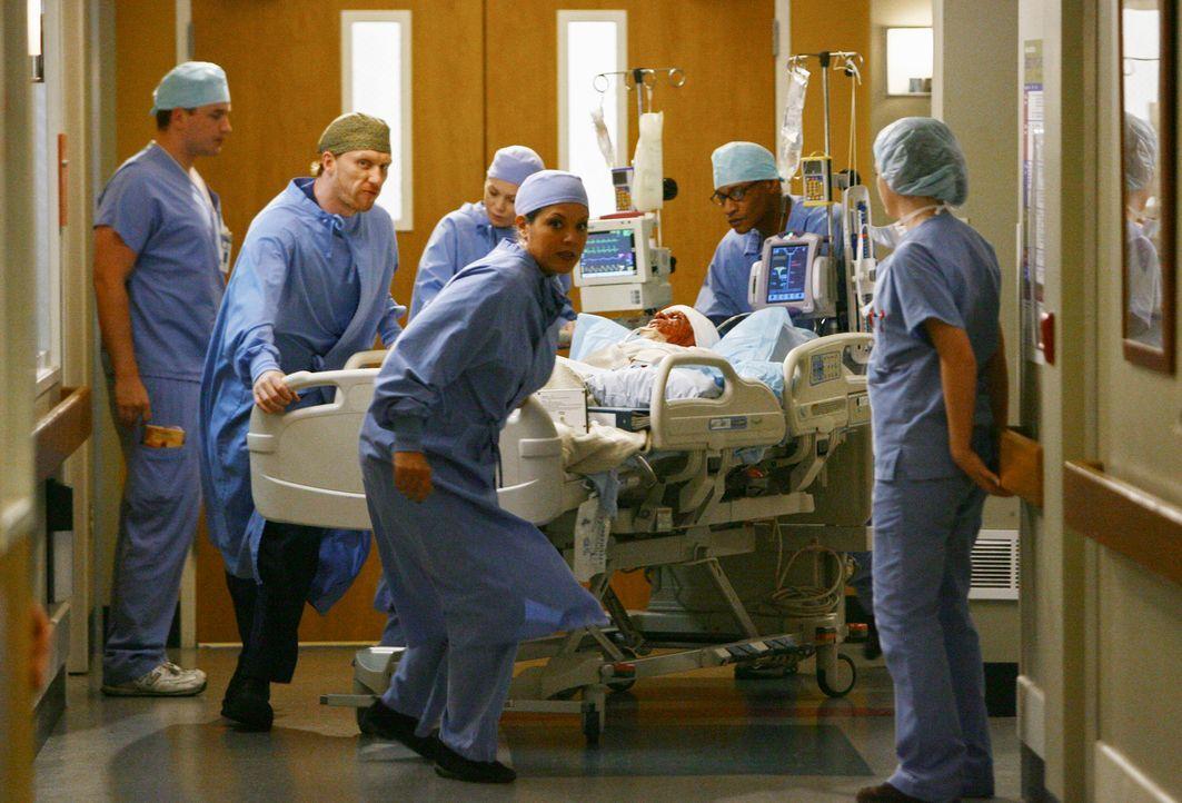 Ein Unfallopfer (T. R. Knight, liegend) beschäftigt Owen (Kevin McKidd, 2.v.l.), Meredith (Ellen Pompeo, 3.v.l.) und Callie (Sara Ramirez, 3.v.r.),... - Bildquelle: Touchstone Television