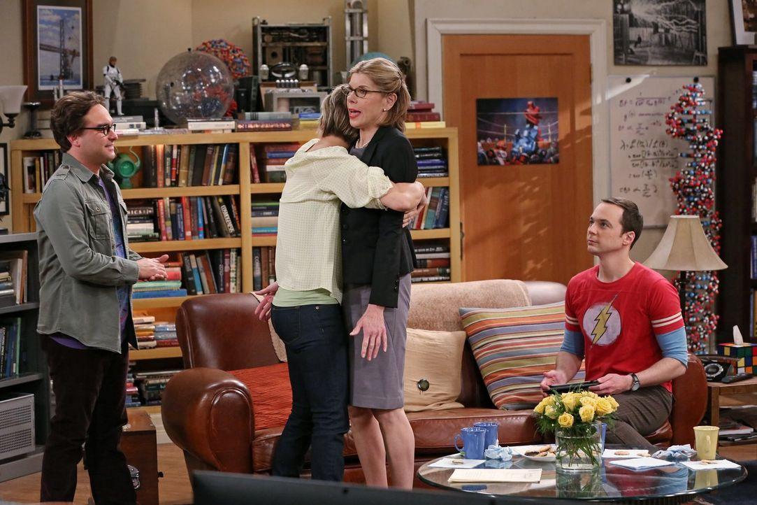 Genau wie Sheldon (Jim Parsons, r.) ist auch Leonards (Johnny Galecki, l.) Mutter Beverly (Christine Baranski, 2.v.r.) mit dem körperlichen Kontakt... - Bildquelle: Warner Bros. Television