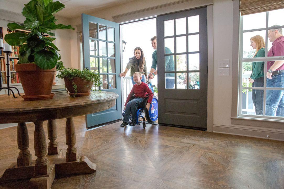 Zum ersten Mal barrierefrei das eigene Haus betreten. Für Familie Copp ist das dank Chip und Joanna nun endlich möglich. - Bildquelle: Jeff Jones 2018, HGTV/Scripps Networks, LLC. All Rights Reserved.