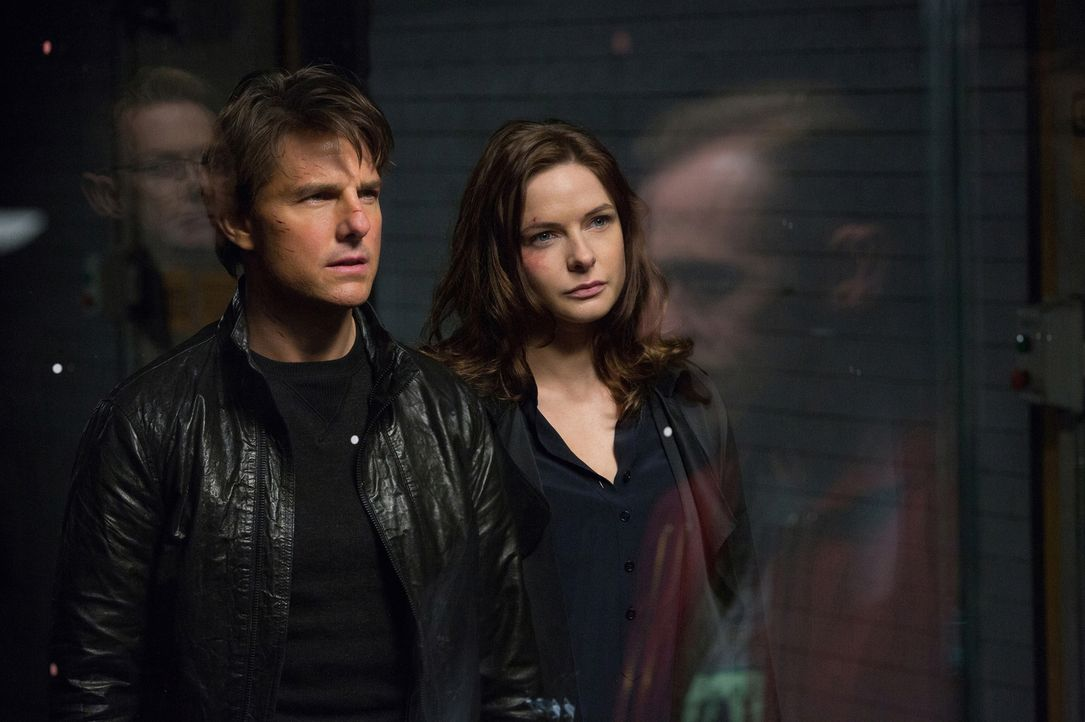 Da Ilsa (Rebecca Ferguson, r.) ihn um den Finger gewickelt hat, hilft Hunt (Tom Cruise, l.) ihr einen USB-Stick mit geheimen Daten zu stehlen. Er ah... - Bildquelle: David James 2015 PARAMOUNT PICTURES. ALL RIGHTS RESERVED.